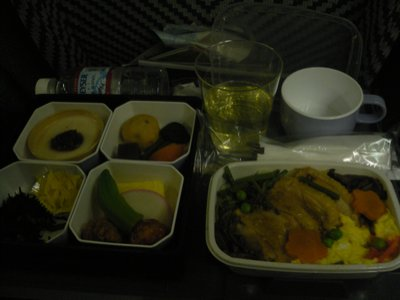 唯一の楽しみ機内食。どってことない。