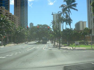 道は広くて走りやすいです。でかい車が売れるわけですね。