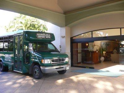 ホテルの玄関。空港とのシャトルバスが日本ではあまり見ないものですね。