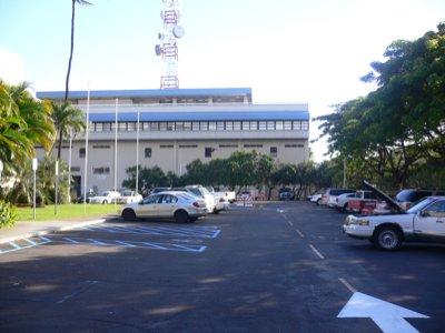 ようやくたどり着いたホテルの駐車場。空港施設っぽいのが近い。