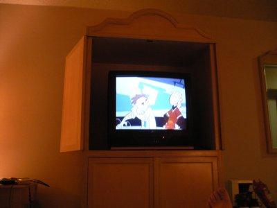 アメリカな感じのテレビを見つつ、おやすみなさーい。