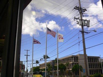 外には旗。日本でこれやったら右翼系の店かと思われる不思議。