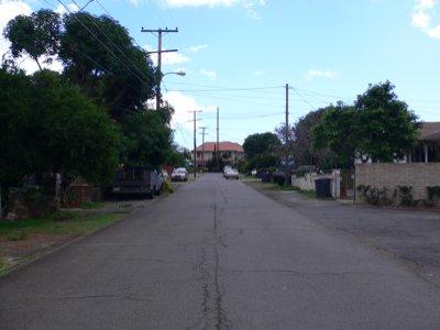 教会の前の道、右側。