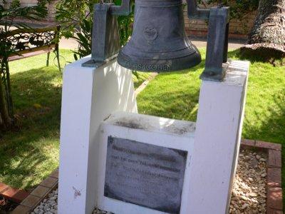 教会の前の鐘。ん、高砂殿!?
