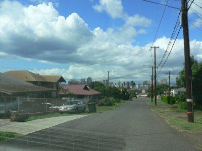 どうでもいい住宅街。木製電柱がいいですねー。